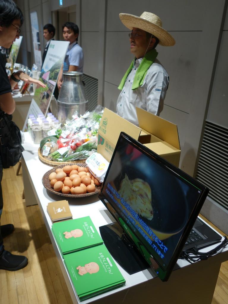 プレス説明会では秋川牧園や丸山珈琲の関係者がブースを構え、商品の説明を行っていた