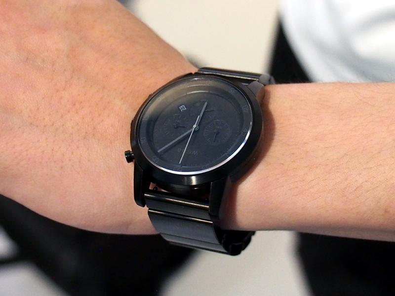SAPから生まれた、スマートウォッチの「wena wrist」。文字盤部分は通常の時計で、ベルト部分にスマートフォンの通知を表示するライトや、FeliCaチップを搭載する