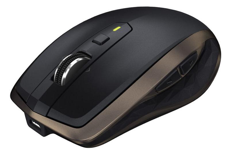 ロジクールのモバイル向けマウス「MX Anywhere 2 (型番:MX1500)」。UnifyingおよびBluetoothに対応する無線マウスで、3台までの端末とペアリング可能です。ガラス面などでもポインタ操作可能なDarkfieldレーザートラッキング、高速スクロール機能、カスタマイズ性やデザインなど、ハイエンドマウス「MX Master」が持つ多くの要素を引き継いでいます。実勢価格は1万1000円前後。