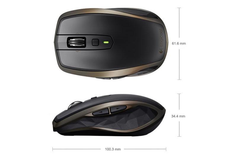 こんなサイズ感です。薄めなのでバッグなどへの収まりも良好。「MX Master」(右写真の左側)と比べるとかなり小さく見えますが、「このサイズなら常用マウスにできる」と感じる方も多いように思います。