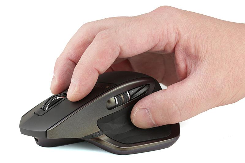 マウスの左右両側を指(親指と薬指/小指あたり)でつまむ感じの持ち方。マウスに触れるのは指先のみ。手首と5本の指でマウスを操作しますので、より繊細なポインタを操作が可能になります。ワタクシの場合はこちらです。(写真はMX Master)