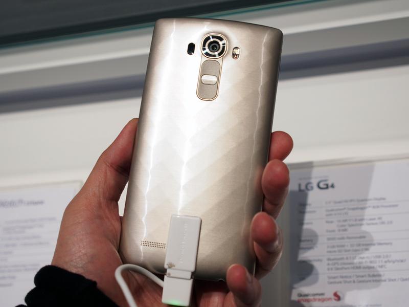 LGのフラッグシップモデルのG4。背面のカバーは取り外すことができ、本革のものも用意する