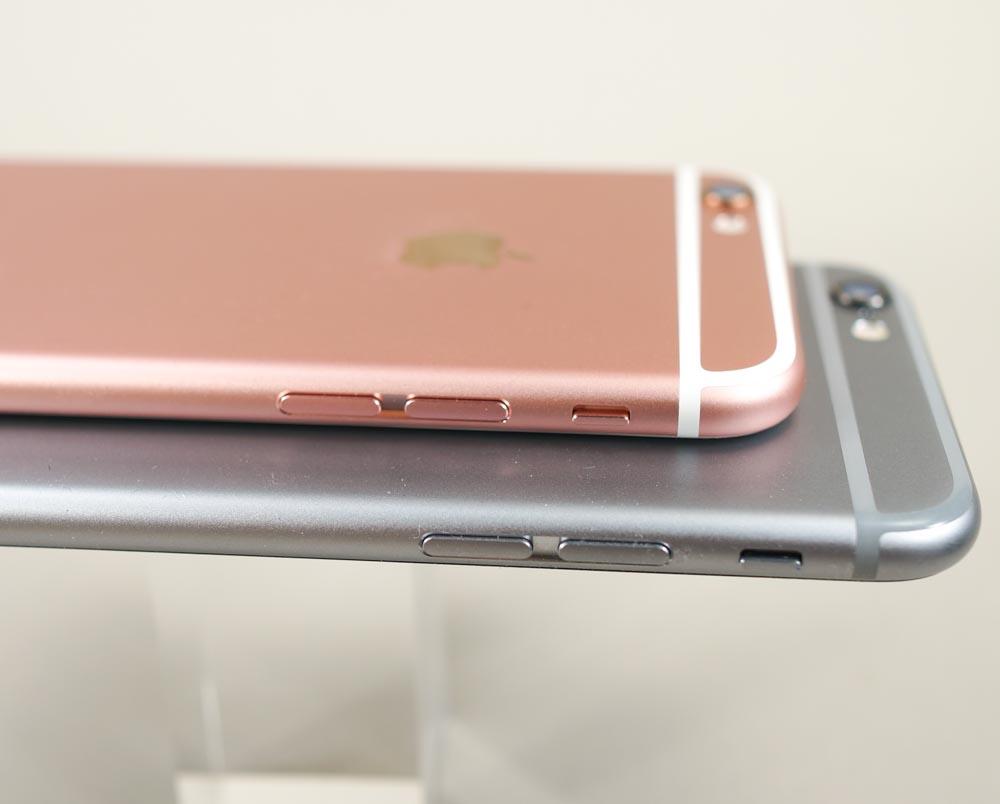 iPhone 6s(上)とiPhone 6(下)はディティール含めてほとんど変わらない