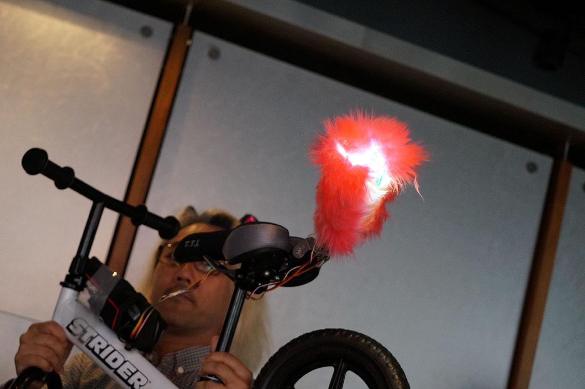 """ハードウェア部門採択チームの1つは、子供用自転車に付ける""""しっぽ""""を開発。ただし第9期を通じて製品化を目指すではなく""""かわいい""""をコンセプトにした別のアイテムを開発する"""