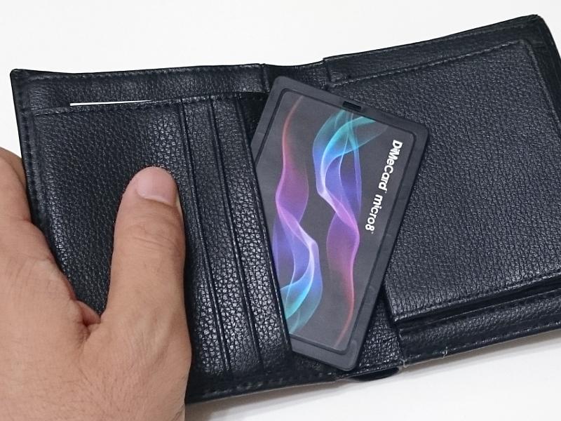 カードサイズなので財布のポケットなどにも収納できる。4.4mmという厚みが適合するかだけ気をつけたい