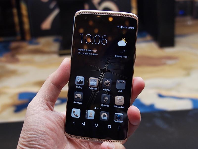 日本に投入されることが決まった「AXON mini」。背面には指紋センサーも搭載