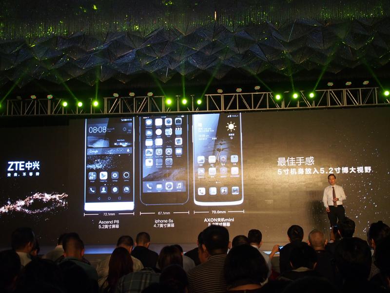 会見では、iPhone 6sとのサイズ比較も披露された。中国市場で急速にシェアを伸ばすファーウェイの「P8」も比較対象に