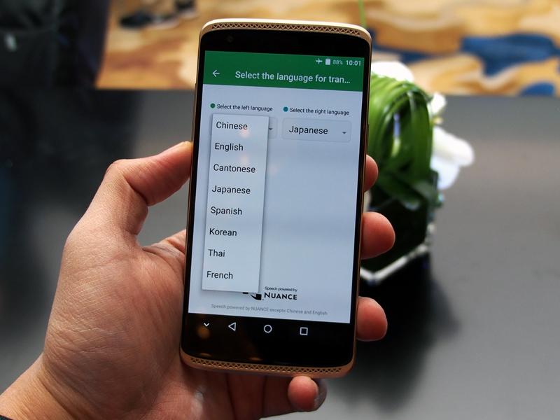 音声操作も可能で、ホームボタンの長押しで起動する。音声認識機能を活かし、翻訳アプリもプリインストール。日本語にも対応する