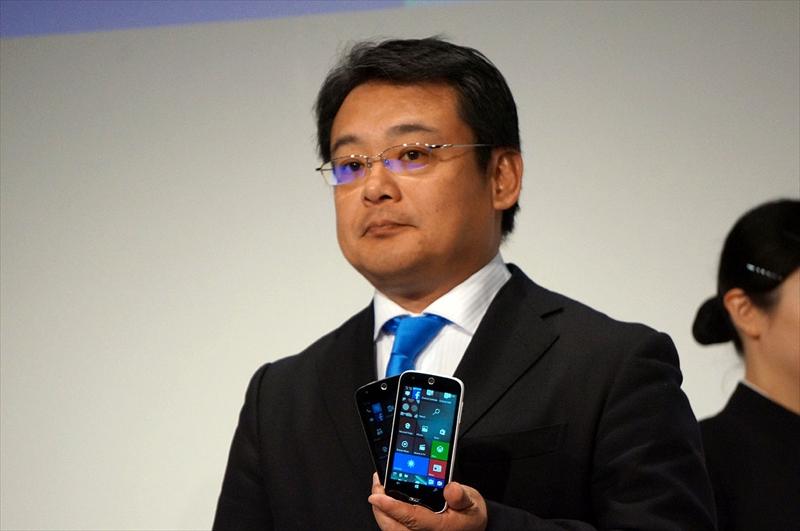 日本エイサー(Acer)代表取締役社長のボブ セン氏が手にするWindows 10スマホ