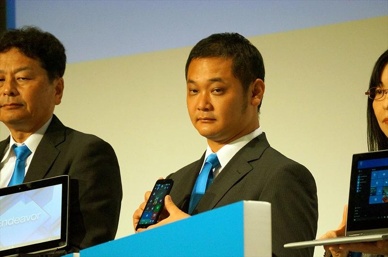 サードウェーブ代表取締役社長の尾崎健介氏が手にするWindows 10スマホ