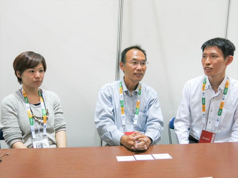 「マイニュース」を開発した赤井氏、上岡氏、鶴田氏(左から)
