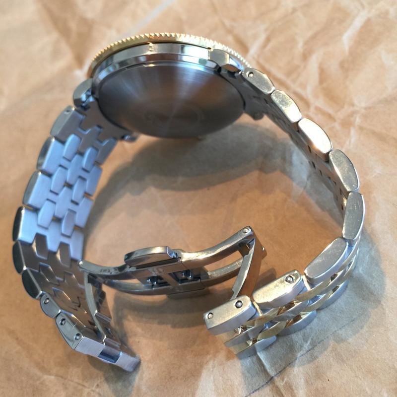 ダブルバックルのブレスレットは腕時計の装着、脱着がスムースだ