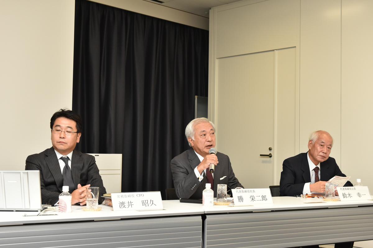 左からIIJ 常務取締役 CFOの渡井昭久氏、代表取締役社長の勝栄二郎氏、代表取締役会長の鈴木幸一氏