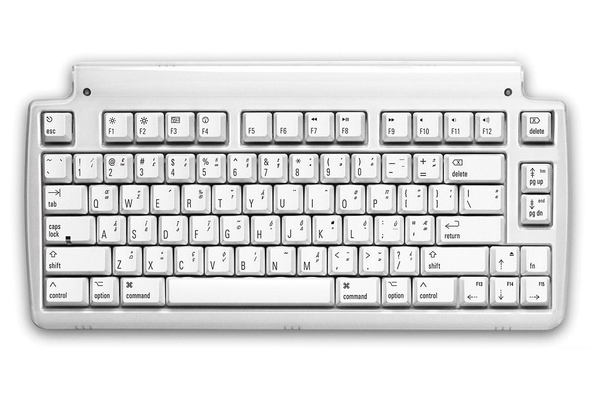 Matiasの「Mini Tactile Keyboard for Mac」。USB接続のテンキーレスキーボードで、キートップ配列はUS配列でMac用になっています。メーカー直販価格は「$129.95 USD」ですが、日本への送料などを含めて144.95USドルで購入しました。日本円だと1万8000円弱といったところでしょうか。注文から1週間程度で配送されました。