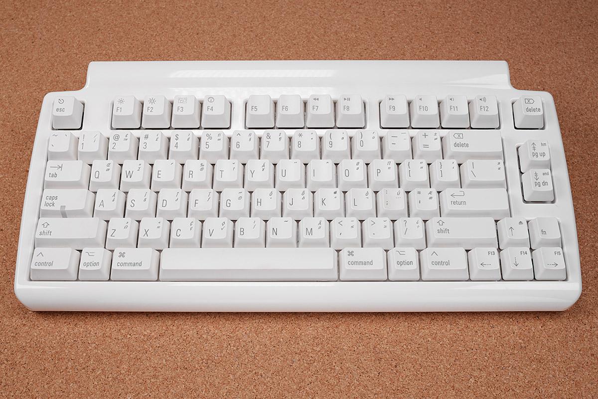 サイズは幅33.7×奥行き16.5×高さ3.5cmで、質量は934g。キーサイズやキーピッチは至って標準的です。テンキーがなくてコンパクトではあるものの、現在ではやや大きめに感じられるキーボードかもしれません。