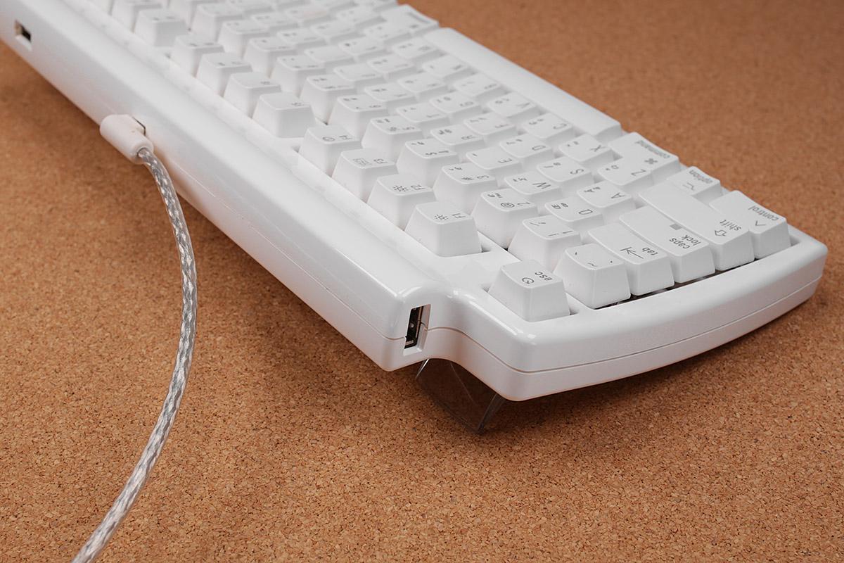 USB2.0ハブとしても機能し、キーボード上部と上部左右にUSBポートがあり、合計3つのUSBポートを使えます。