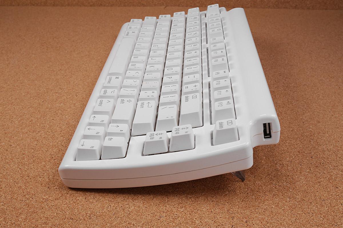 キーボード底面前方には2本の脚があり、格納するか出すかでキーボード上面の角度を変えられます。まあ、フツーは脚を出して使うんでしょうな。