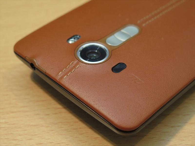 カメラ周りやイヤホンマイク端子の付近もキレイに仕上げられている。中央のステッチの仕上げも美しい