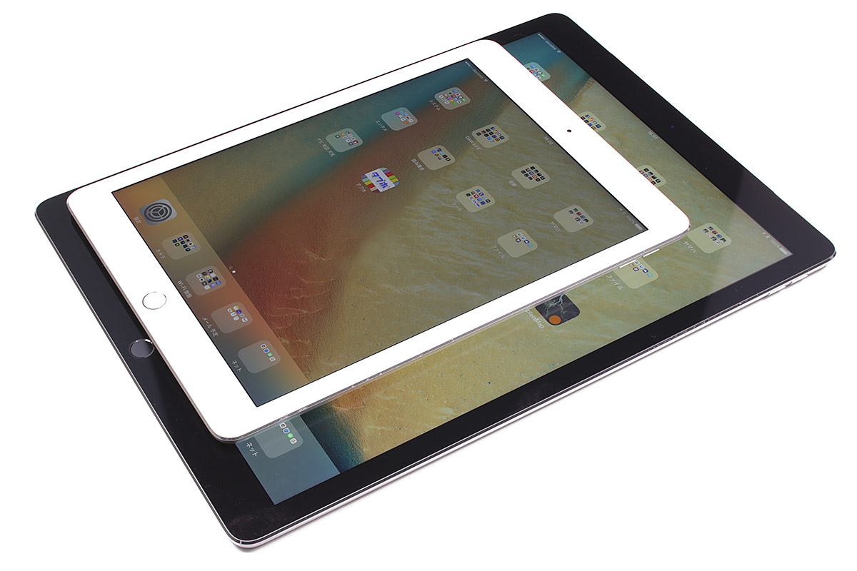 iPad Proのサイズは、長辺305.7×短辺220.6×厚さ6.9mmで、Cellularモデルの質量は723gです。Wi-Fiモデルは713g。iPad Airを二回りくらい大きくした感じで、13インチMacBook Airとだいたい同じサイズ感です。