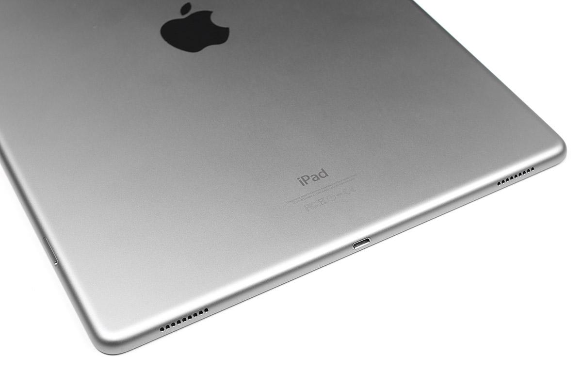 iPad Proの短辺背面側には合計4つのスピーカーが内蔵されています。タブレット端末のスピーカーとしては高音質で、どの向きでも最適なステレオ音響が得られます。端末を立てた状態で、背面に壁などがあると、とてもバランスの良い音質になると感じました。