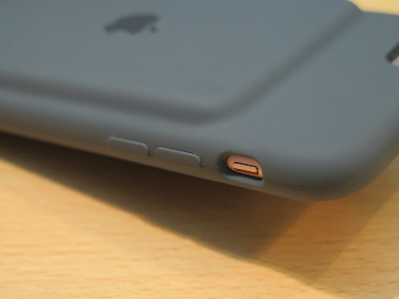 左側面の音量ボタンはカバーされていて、サイレントスイッチの部分は穴になっている
