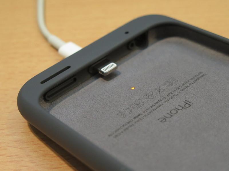 Smart Battery Caseの内側にはiPhoneと接続するLightningコネクター。すぐ上には充電中に点灯するLEDが見える