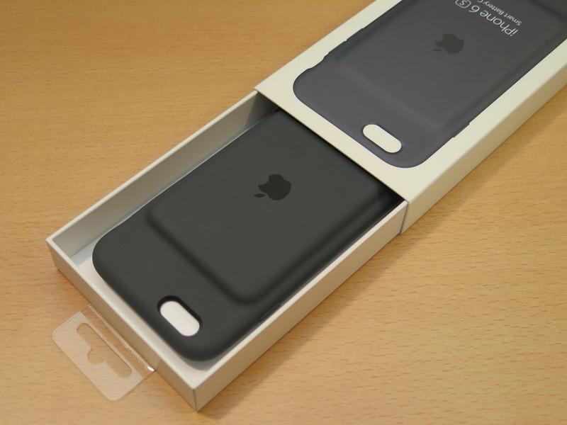 引き出し式のパッケージを開けると、Smart Battery Caseが出てくる。ケースの内側には書類が隠されている