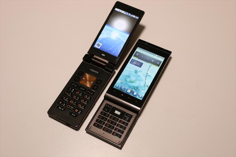 AQUOS K SHF31(左)と、4年半前の機種であるAQUOS PHONE IS11SH(右)。IS11SHはスライド型のテンキー搭載スマートフォン。中古で売られているが3Gのみ対応