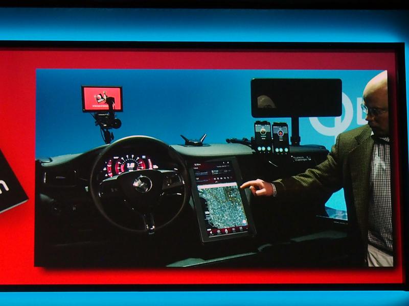 車載タブレットに表示した情報を、ダッシュボードに切り替えるデモなどが行われた