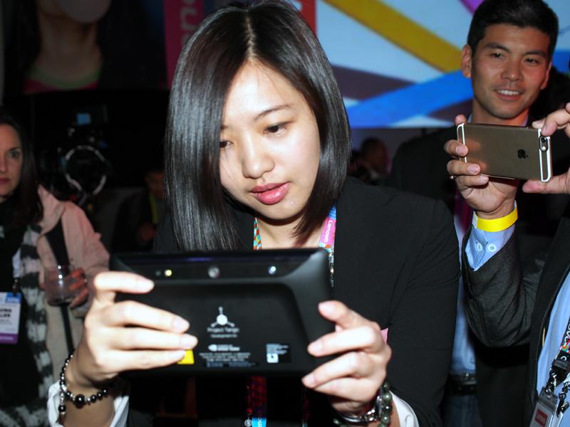 実際の空間とCGを重ね合わせたゲームも楽しめる。写真は、デモで披露されたジェンガで遊んでいるところ