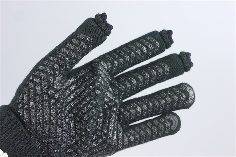 親指、人差し指、薬指の先端だけユニーク。手が小さめの方にはMサイズがちょうどいいですね