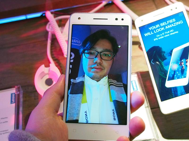 フラッシュなし(左)とあり(右)で撮った写真。ありの方が、肌の色などが自然