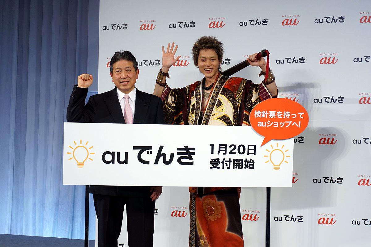 KDDIの石川専務(左)とCMキャラクターの菅田将暉(右)