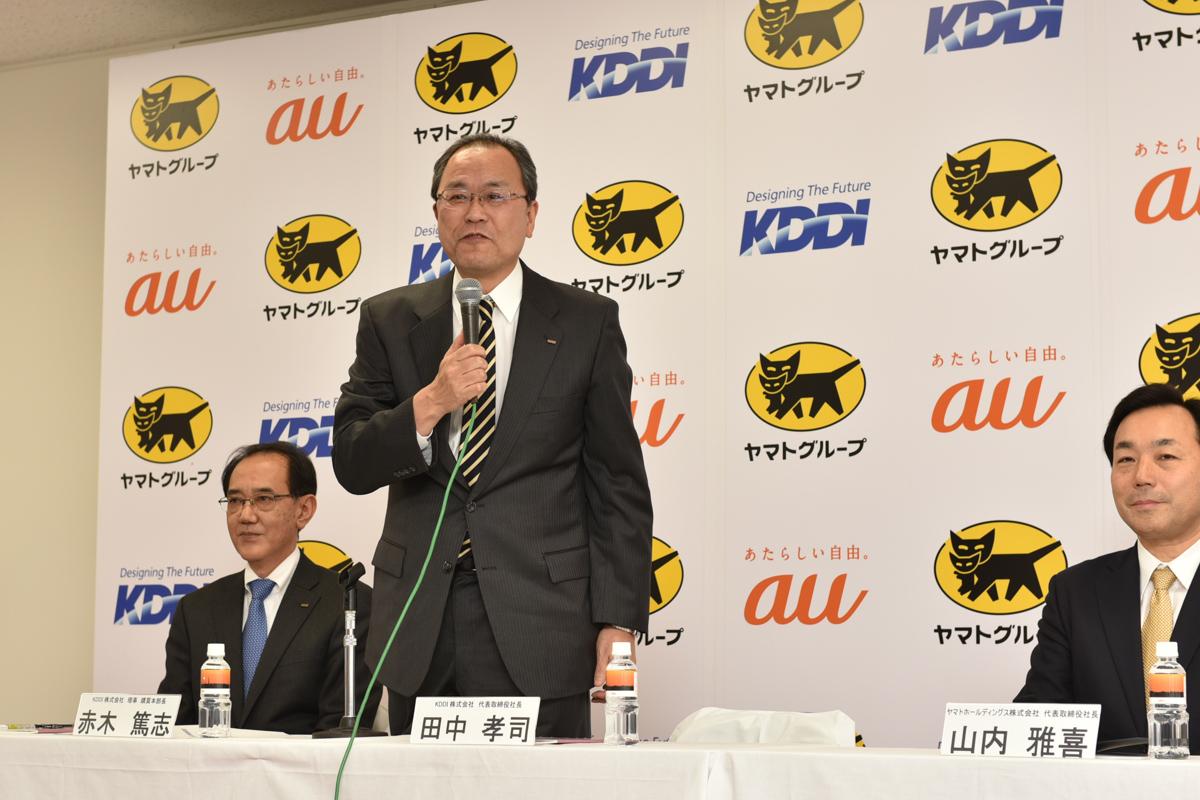 挨拶するKDDI 代表取締役社長の田中孝司氏
