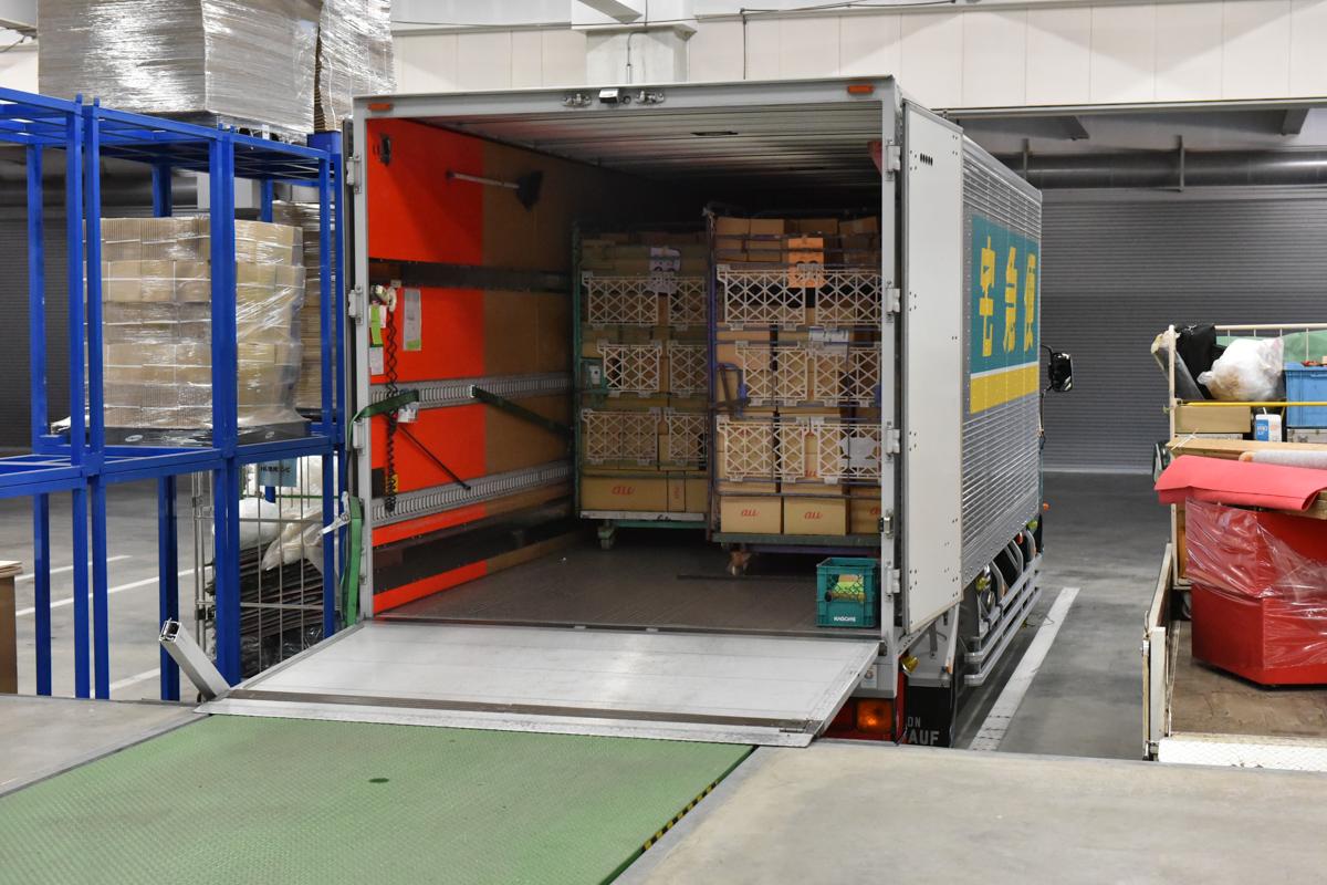 台車のままトラックに積み込む。この後、ヤマトの厚木ゲートウェイに運ばれ、全国に配送される