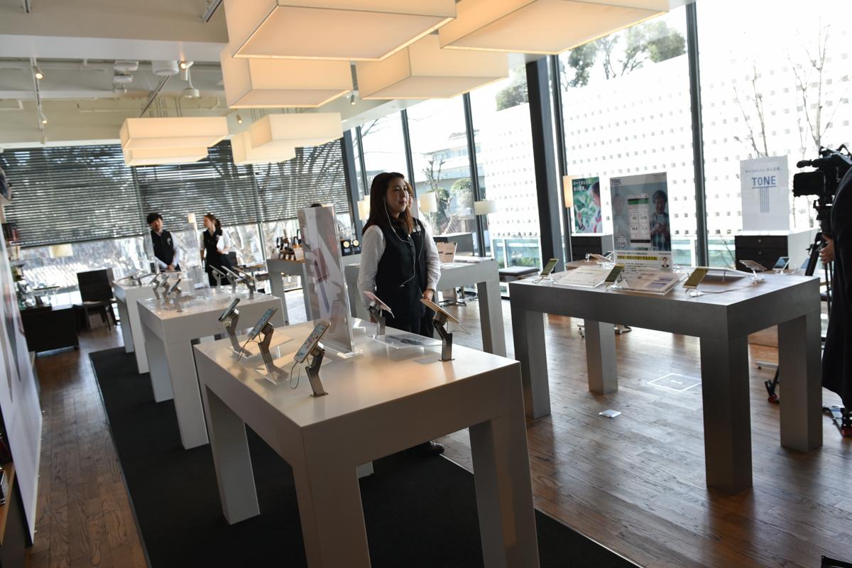 発表会場となった代官山 蔦屋書店 3号館2階のスマートフォンコーナー。トーンモバイルも置かれている