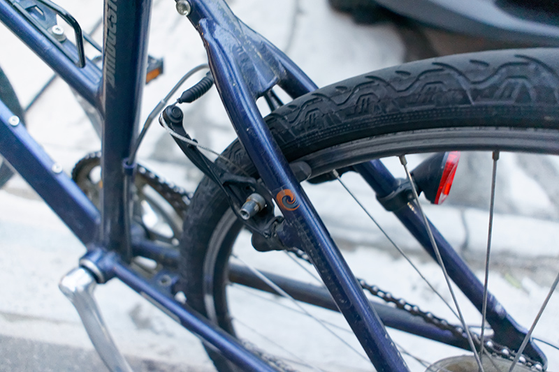 筆者のクロスバイクではテールライトは装着不可。Vブレーキがシートステーの後ろ側にないといけない