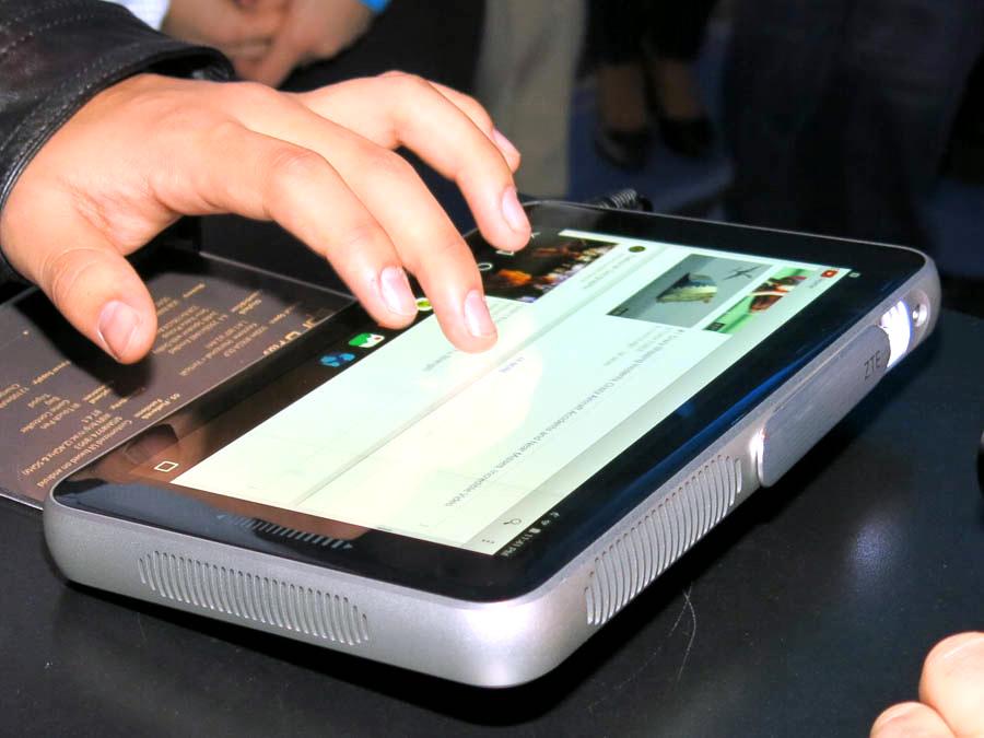 タッチパネルディスプレイで普通のタブレットと同じように操作できる