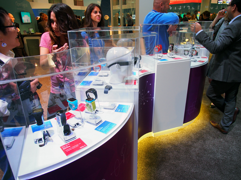 クアルコムブースには、同社のチップセットを搭載したスマートフォン、スマートウォッチもズラリと並べられていた。シャープのRoBoHoN(ロボホン)も注目を集めていた