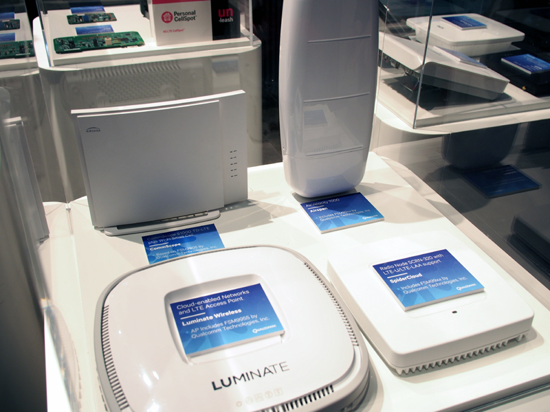 LTE-U、LAAに対応したSpiderCloudの小型基地局(左)と、LTE-U対応のサムスン製小型基地局(右)。サムスン製は、アップデートでLAAが利用可能になる見込み