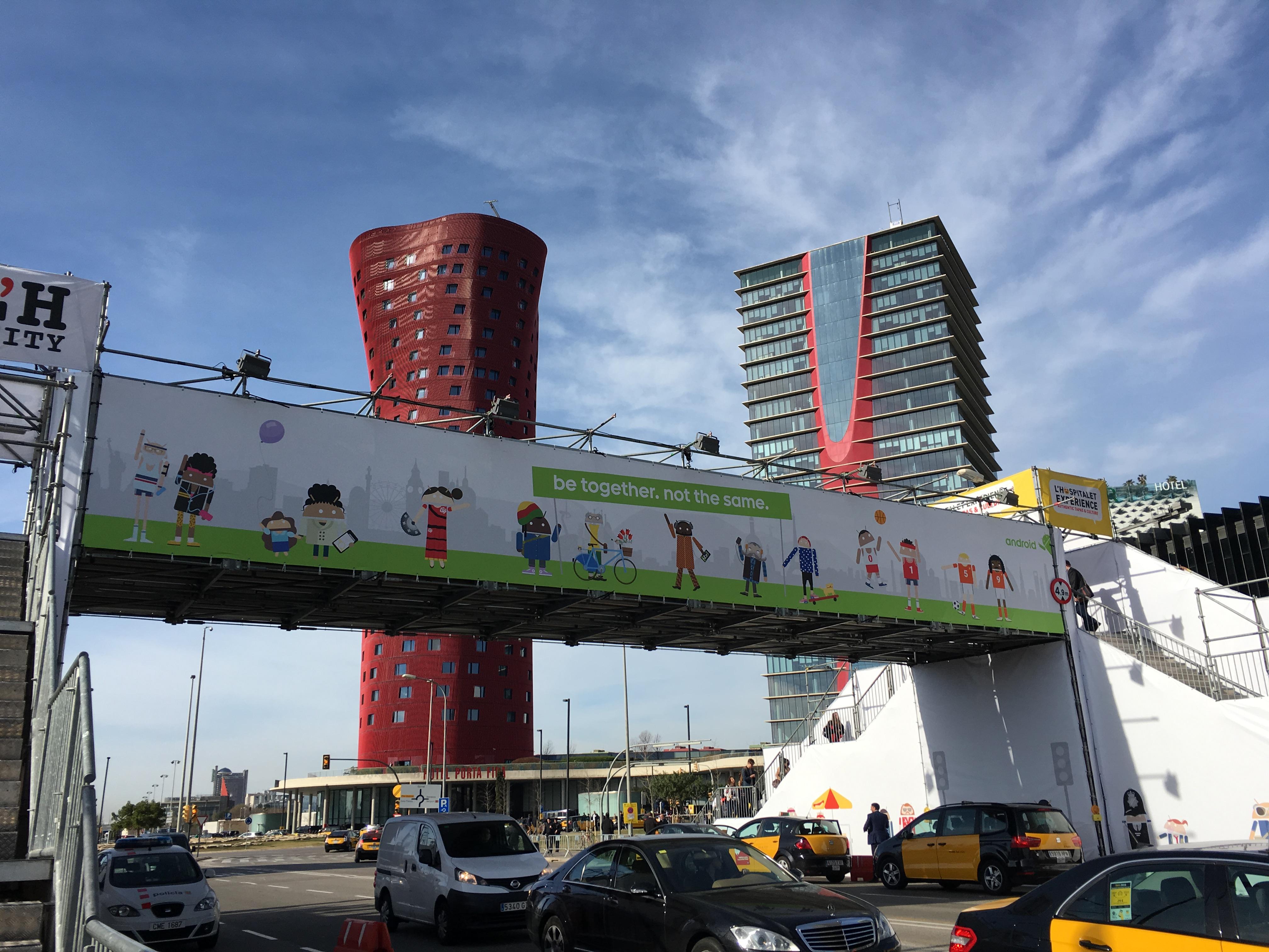 最寄り駅から会場までにある陸橋にも広告を掲載。「be together, not the same」は、日本では「みんなちがうから、世界はたのしい」と訳された