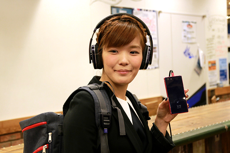 「UPQ Phone A02」を手にする代表取締役CEOの中澤優子氏