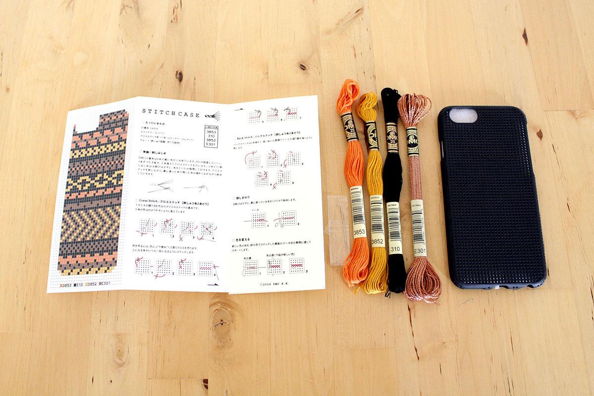 刺しゅう糸、刺しゅう針、土台となるiPhoneカバー、図案と刺しゅうの刺し方のリーフレットが同梱。刺しゅうに必要なものは全部揃っている