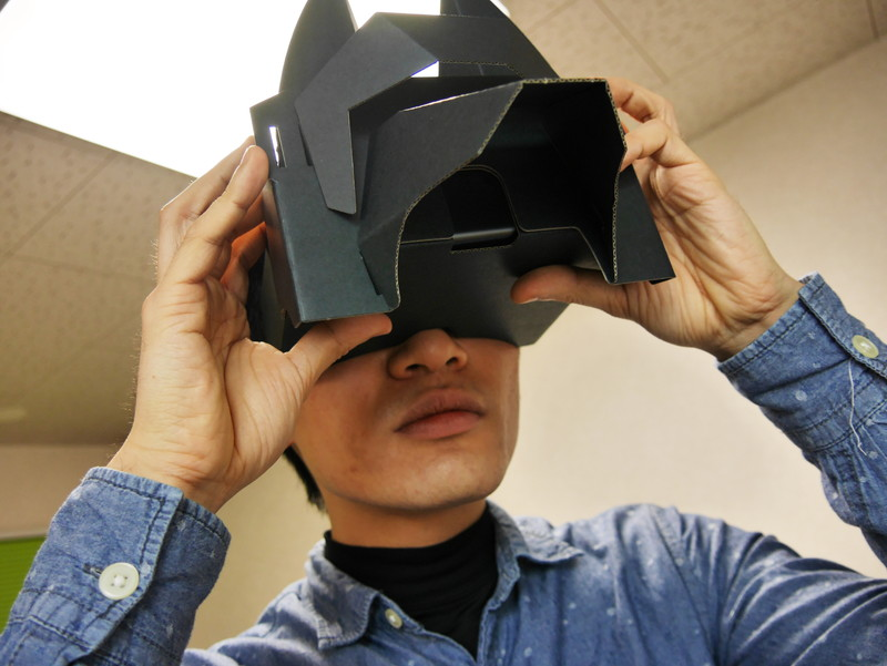 VRゴーグルを使って迷宮内の様子を観察する筆者。怪しい姿だが本人は必死だ