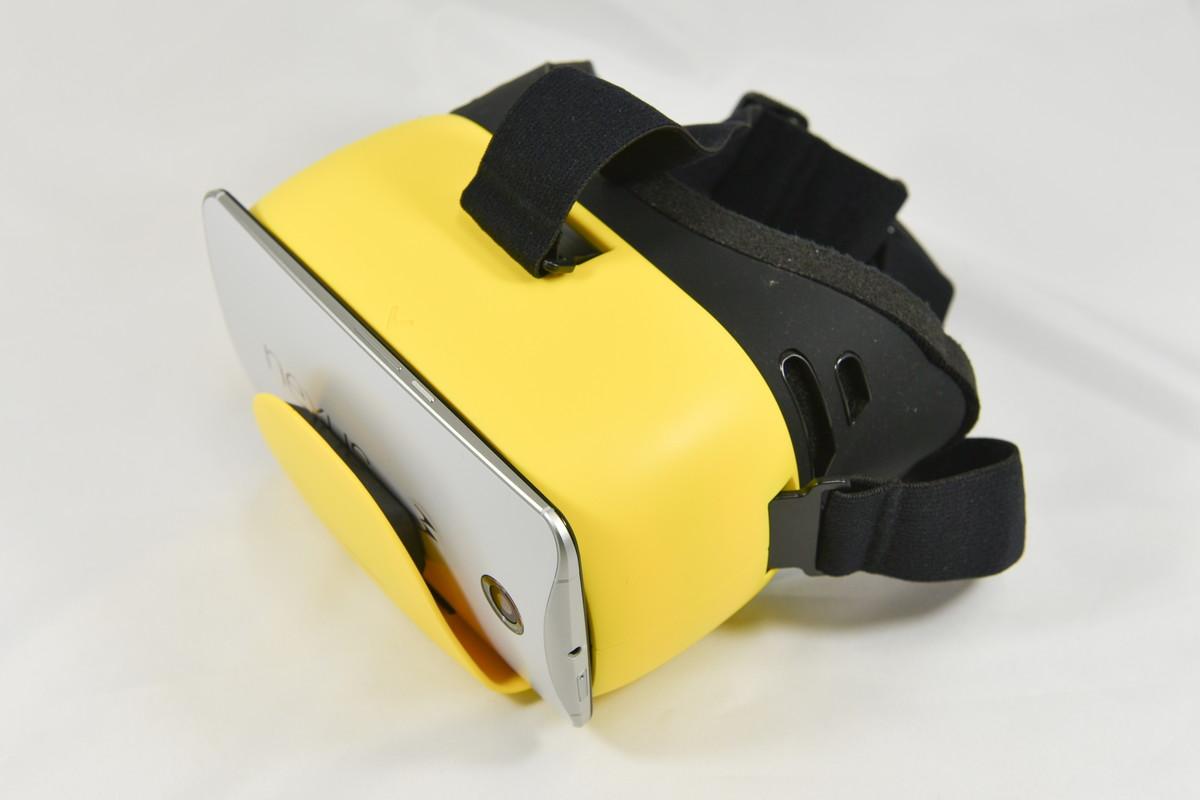 スマホの装着は上からはさむだけ。カメラを使うアプリにも対応できるが、Cardboardのスイッチは非搭載