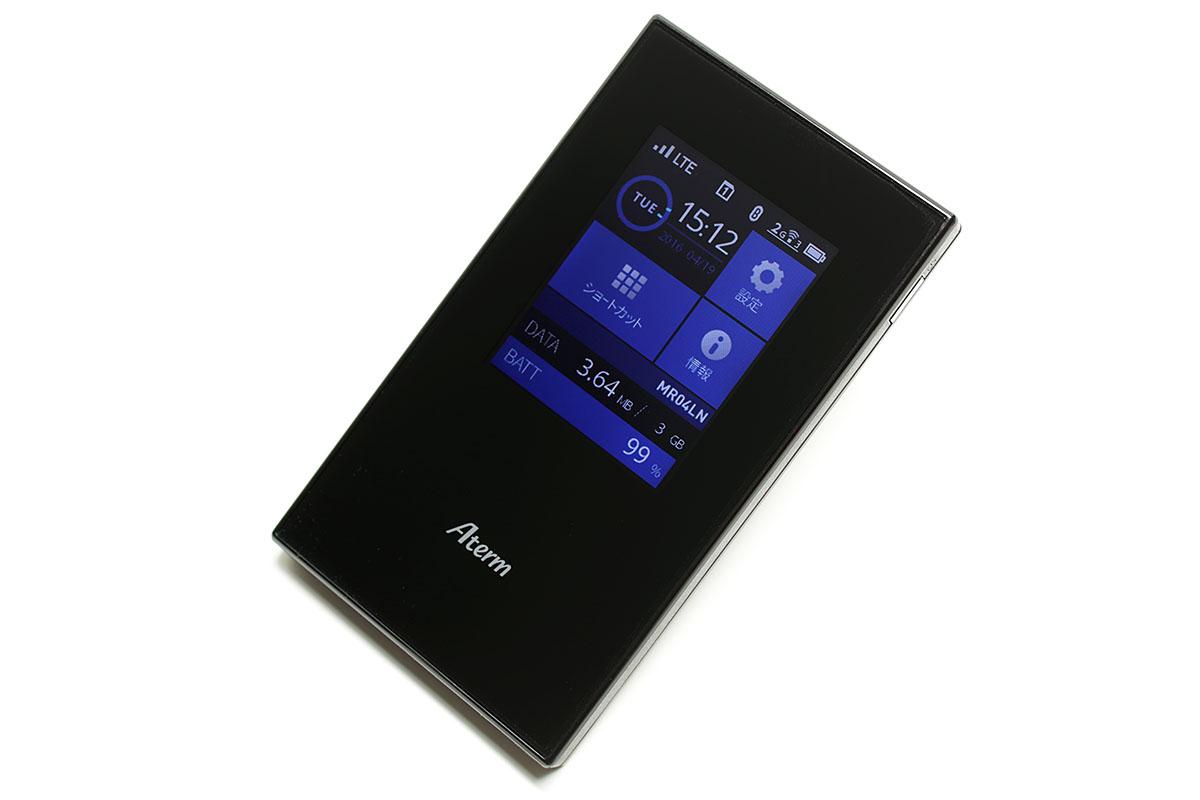 NECプラットフォームズの「Aterm MR04LN」。2枚のmicroSIMを挿して使えるモバイルルーターで、WANはLTE対応でWi-Fiは11ac対応。ほかBluetoothテザリングやUSBテザリングでも使えます。別売のクレイドルを使えば手軽に充電を行えるほか、ブロードバンドルーターとも接続でき、ギガビット対応のWi-Fiホームルーター(Wi-Fiアクセスポイント)としても利用できます。単体購入での実勢価格は2万円弱。