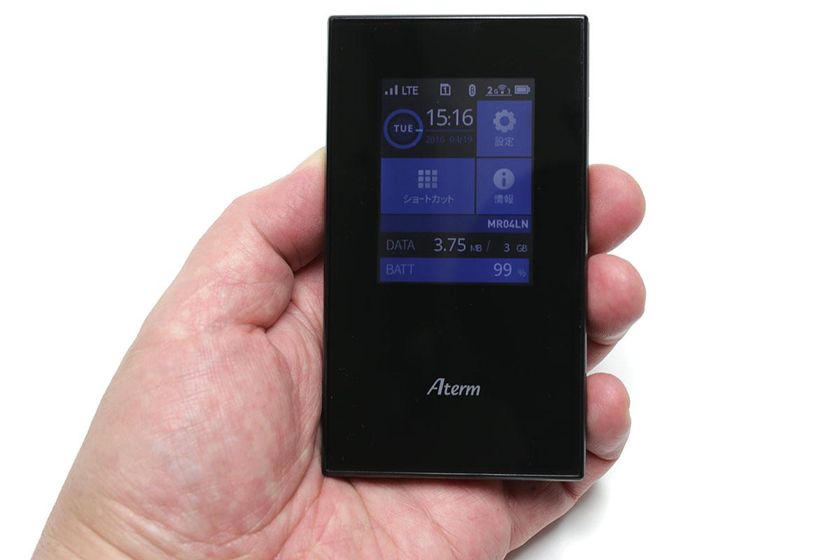 サイズは短辺63×長辺111×厚さ11mmで、SIM×2枚およびバッテリーを含んだ質量は約109g(実測値)です。microSIMを2枚挿入できます。ただし同時使用はできず、切り換えてどちらか1枚のみ使用して通信できます。