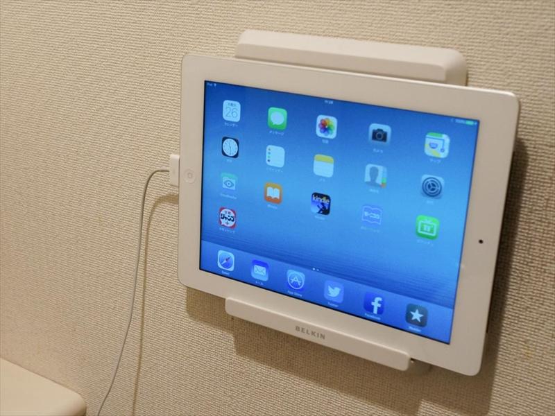 トイレ設置の第3世代iPad。さすがにアプリ動作が重たいが、旧iPad向けウォールマウント(Belkin製)の完成度が高く、Airに移行できていない