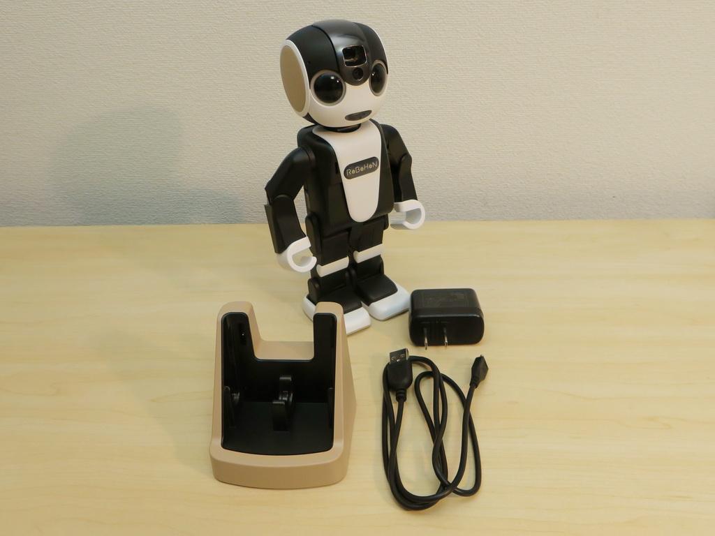 パッケージには本体の他に、卓上ホルダー、ACアダプタ、USBケーブルが付属する。