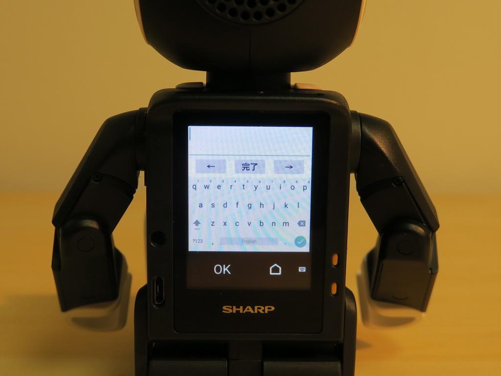 Wi-Fiのパスワードなどを入力するときは、画面に表示されたソフトウェアキーボードを使う。さすが、これは小さくて、気を遣う。